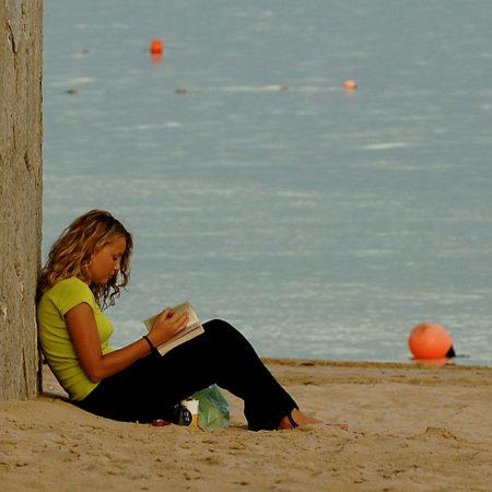Branje na plaži.