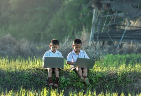 Otroka na spletu.