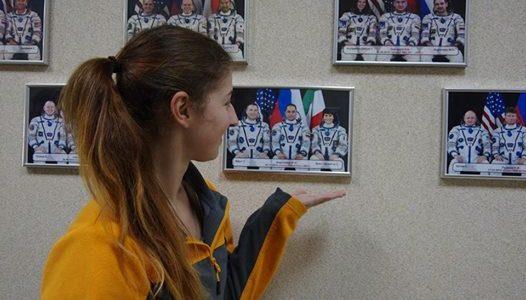 Teja Jelenc pred fotografijo astronavtke Samanthe Cristoforetti.