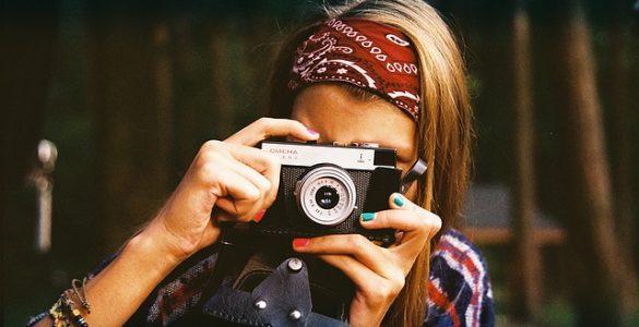Deklica s fotoaparatom. Vir: Pixabay