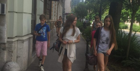 Mladi novinarji gredo na teren.