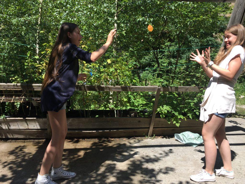Hana in Ela se zabavata z vodnimi baloni.