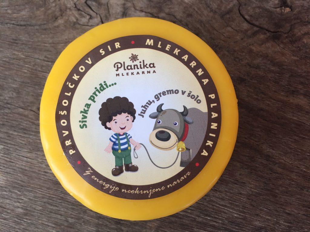 Kolut sira Tolminc za kobariške prvošolce. Foto: Sonja Merljak/Časoris