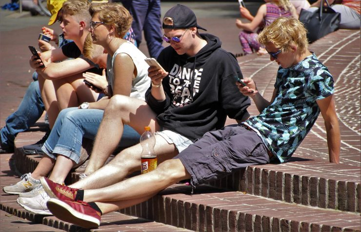 Otroci in pametni telefoni. Vir: Pixabay.