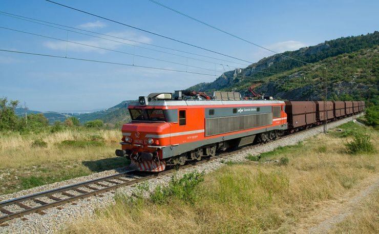 Železniška proga med Črnotičami in Hrastovljami. Vir: Wikimedia/CC