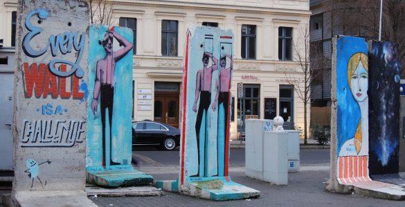 Ostanki berlinskega zidu pri prehodu Checkpoint Charlie. Foto: Marco Verch/Flickr/CC
