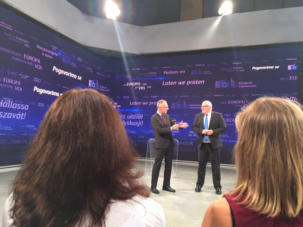 Voditelj Igor E. Bergant v pogovoru s Fransom Timmermansom. Foto: Sonja Merljak/Časoris