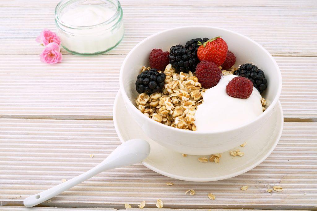 Z jogurtom si lahko pripravimo okusen zajtrk. VIr: Pixabay.