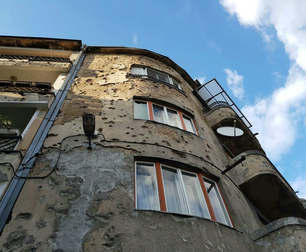 Na mnogih sarajevskih hišah so še vidne sledi vojne. Foto: Katarina Bulatović