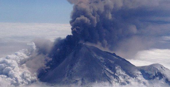 Izbruh vulkana Pavlof na Aljaski, pogled iz vesolja. Vir: Nasa/Flickr