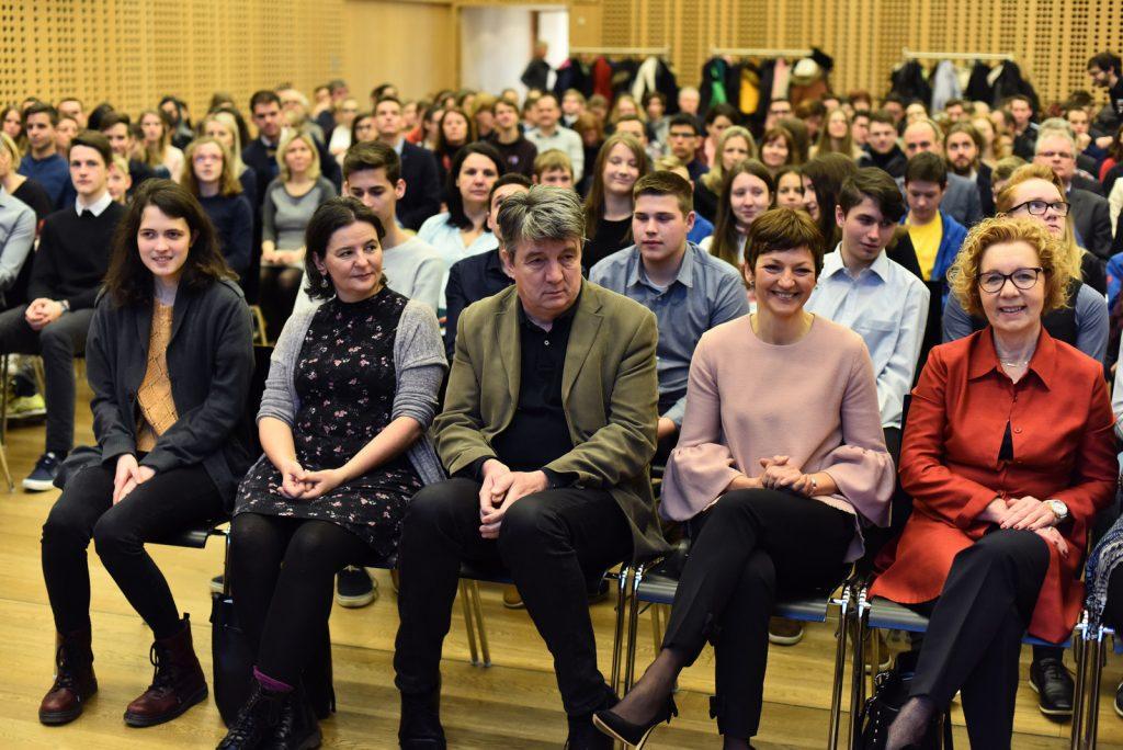 Ministrica dr. Maja Makovec Brenčič je bila navdušena nad uspehi mladih. Dijakinja Gimnazije Bežigrad Anja Zdovc (prva z leve) je dosegla srebrno odličje na lingvistični olimpijadi. Vir: Mizš