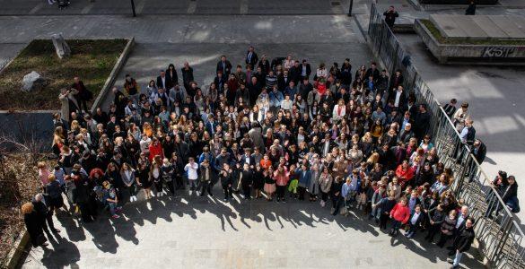 Na sprejemu je bilo toliko mladih, da smo jih za skupinsko fotografijo morali zbrati na dvorišču za stavbo ministrstva. Foto: Nebojša Tejić/STA
