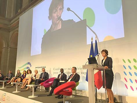Ministrica na konferenci o prihodnosti visokega šolstva. Vir: MIZŠ