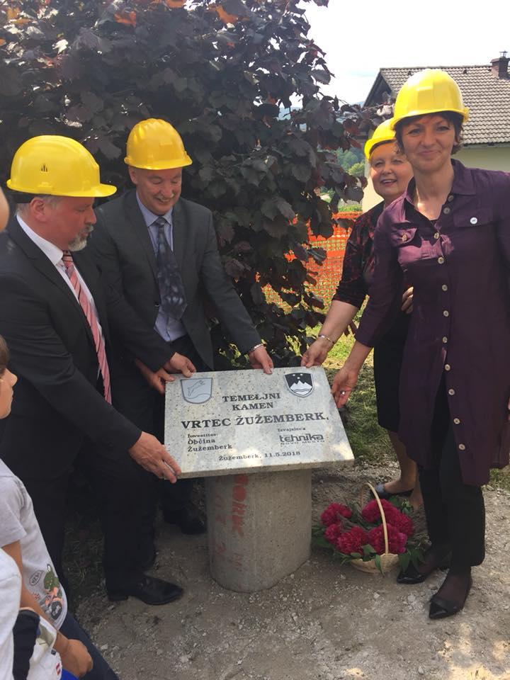 Ministrica Maja ob polaganju temeljnega kamna za vrtec v Žužemberku. Vir: Arhiv MIZŠ