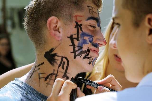 Risanje po obrazu lahko sodi med nasilje v šoli. Foto: Daniel Novakovič/STA