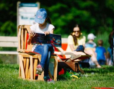 Projekt Nacionalni mesec skupnega branja spodbuja bralno pismenost. Foto: Anže Malovrh/STA