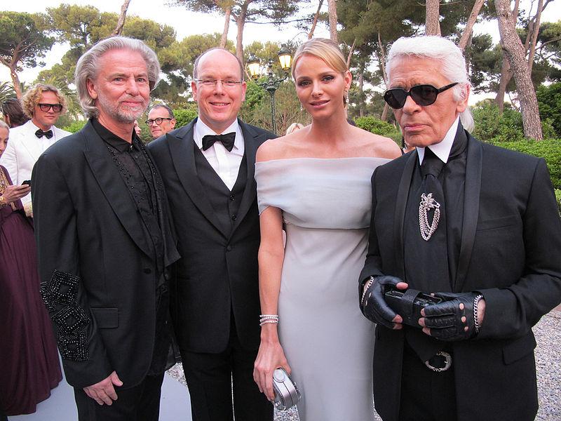 Karl Lagerfeld (desno) v družbi monaškega princa Alberta in princese Charlene. Vir: Wikipedia