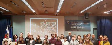 Takole se je četica mladih slovenskih likovnih ustvarjalcev z mentoricami in mentorji, po podelitvi priznanj, postavila skupaj z ministrom dr. Jernejem Pikalom pred fotografski objektiv. Vir: Arhiv Mizš