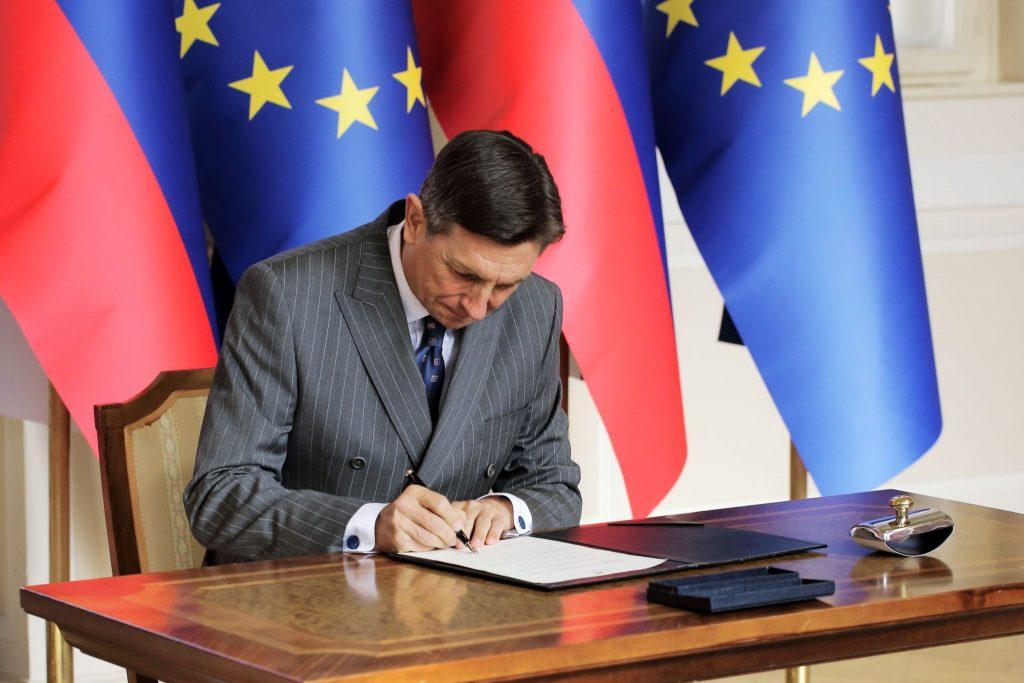 Borut Pahor podpisuje odlok o razpisu volitev poslancev v evropski parlament. Foto: Daniel Novakovič/STA