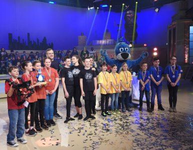 Aljaž, Neja in Lea z v studiu z voditeljem Eltonom in drugimi tekmovalci. Vir: Arhiv šole
