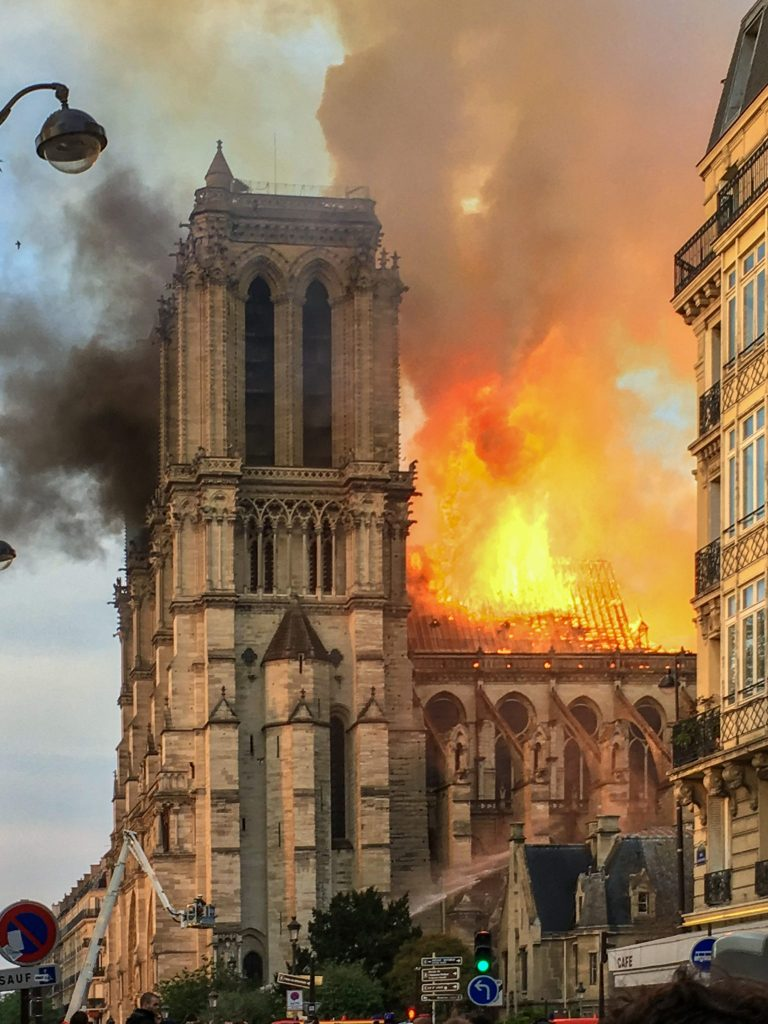 Požar je močno poškodoval katedralo Notre-Dame. Foto: LeLaisserPasserA38/Wikipedia