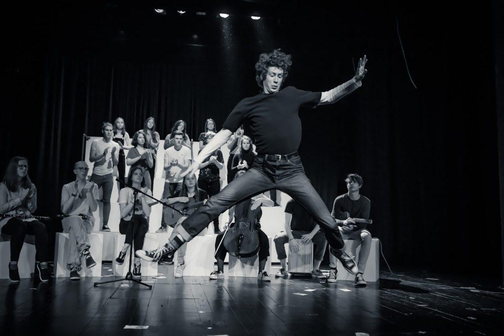Prizor iz predstave Pravica biti človek. Foto: Jaka Varmuž/Arhiv LGL