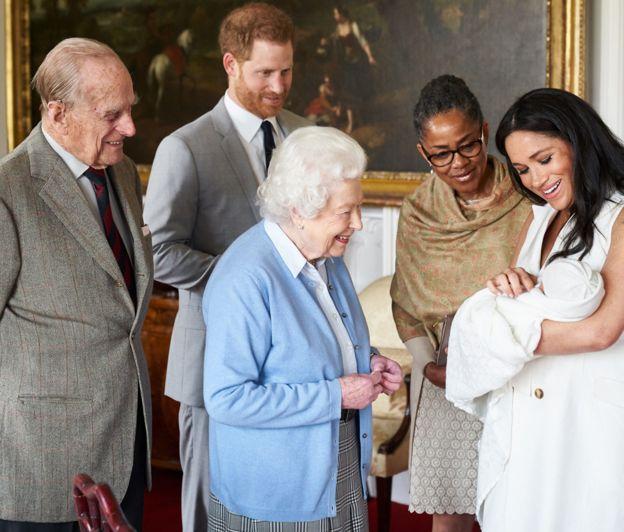 Vojvoda in vojvodinja Susseška sta dojenčka pokazala kraljici Elizabeti II. Vir: PA