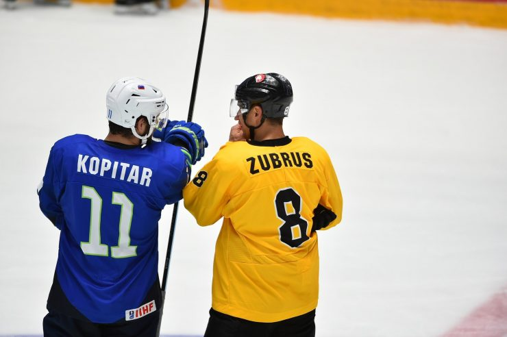 Anže Kopitar z latvijskim tekmovalcem. Foto: Marat Akimzhanov/IIHF.com