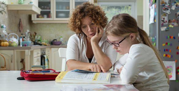 Starši pogosto otrokom pomagajo pri domačih nalogah. Vir: Adobe Stock