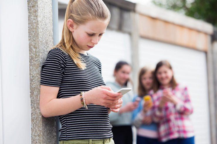 Širjenje zlobnih govoric, izključevanje in zavračanje se dogaja predvsem med dekleti, ki naj bi bile prijateljice. Vir: Adobe Stock