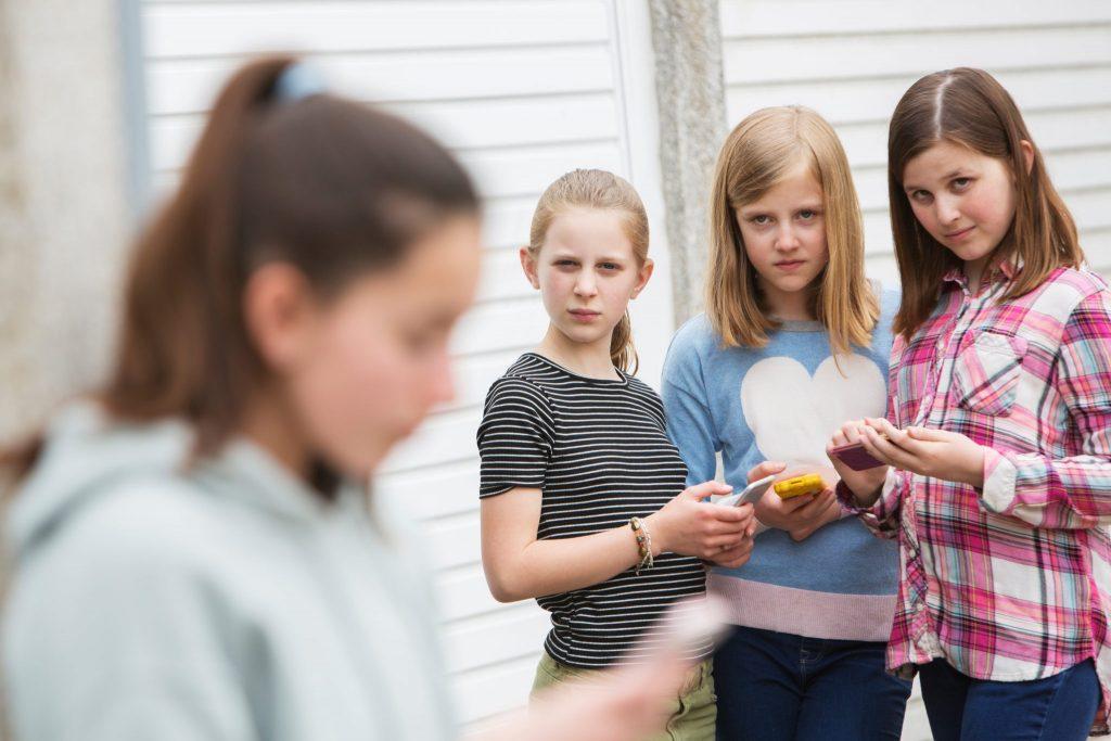 Govorice in žalitve do otrok vse pogosteje prihajajo prek družbenih omrežij. Vir: Adobe Stock