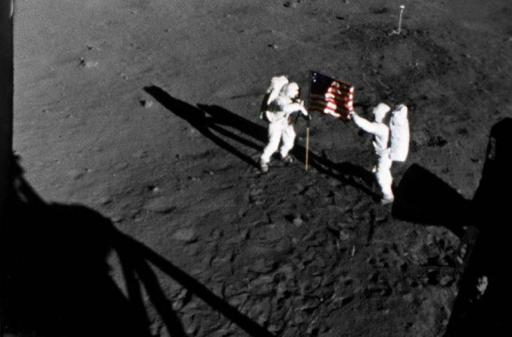 Ameriška astronavta sta na površje Lune zapičila ameriško zastavo. Vir: Nasa