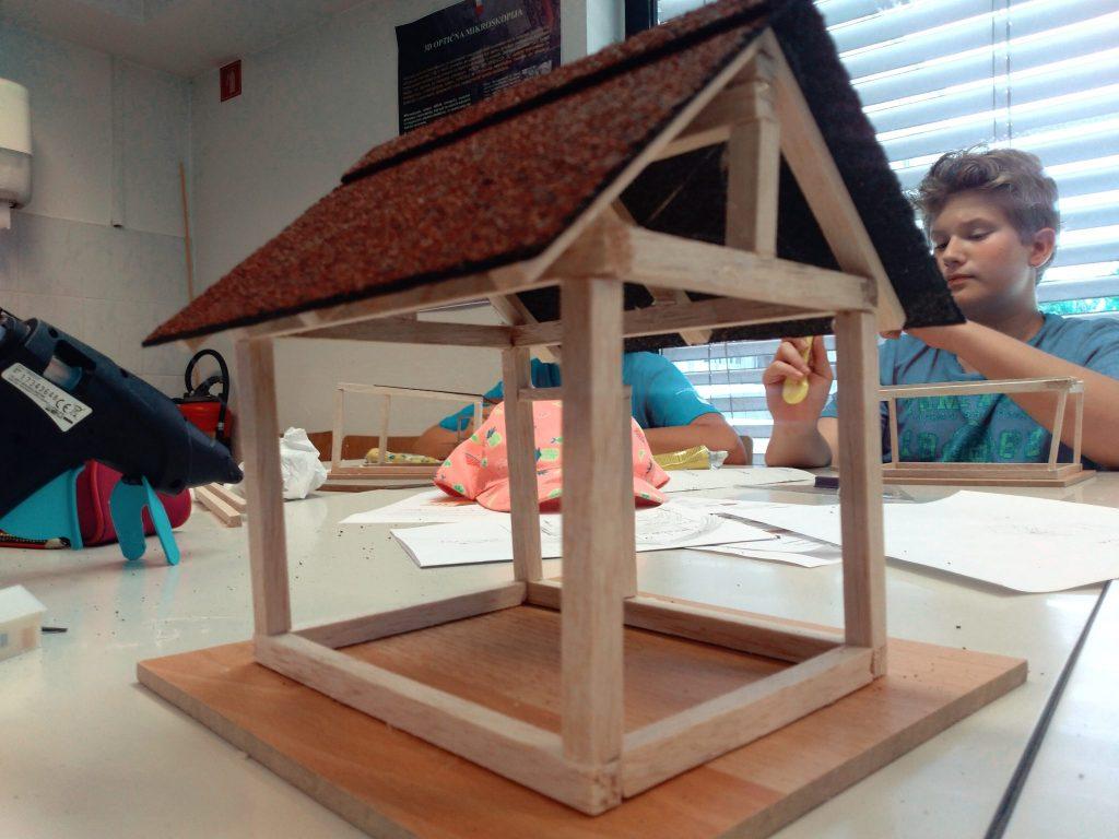 Na poletni delavnici so se otroci učili, kako izgraditi model hiše. Foto: Lina Berlec