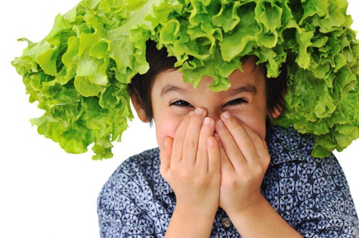 Med Juhantovimi recepti za vzgojo je tudi ta, da naj starši otroke navadijo jesti solato. Vir: Adobe Stock