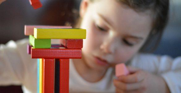Otroci med igro otrok posnemajo svoje starše. Foto: Pixabay