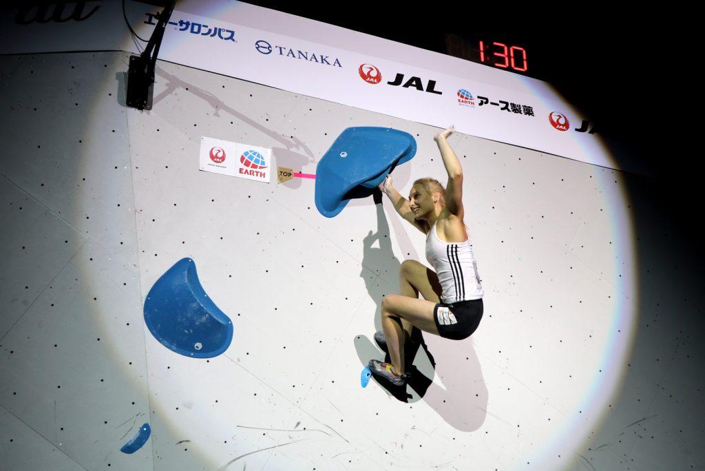 Janja Garnbret s tremi finalnimi vrhovi do naslova svetovne prvakinje v balvanih. Foto Manca Ogrin/PZS