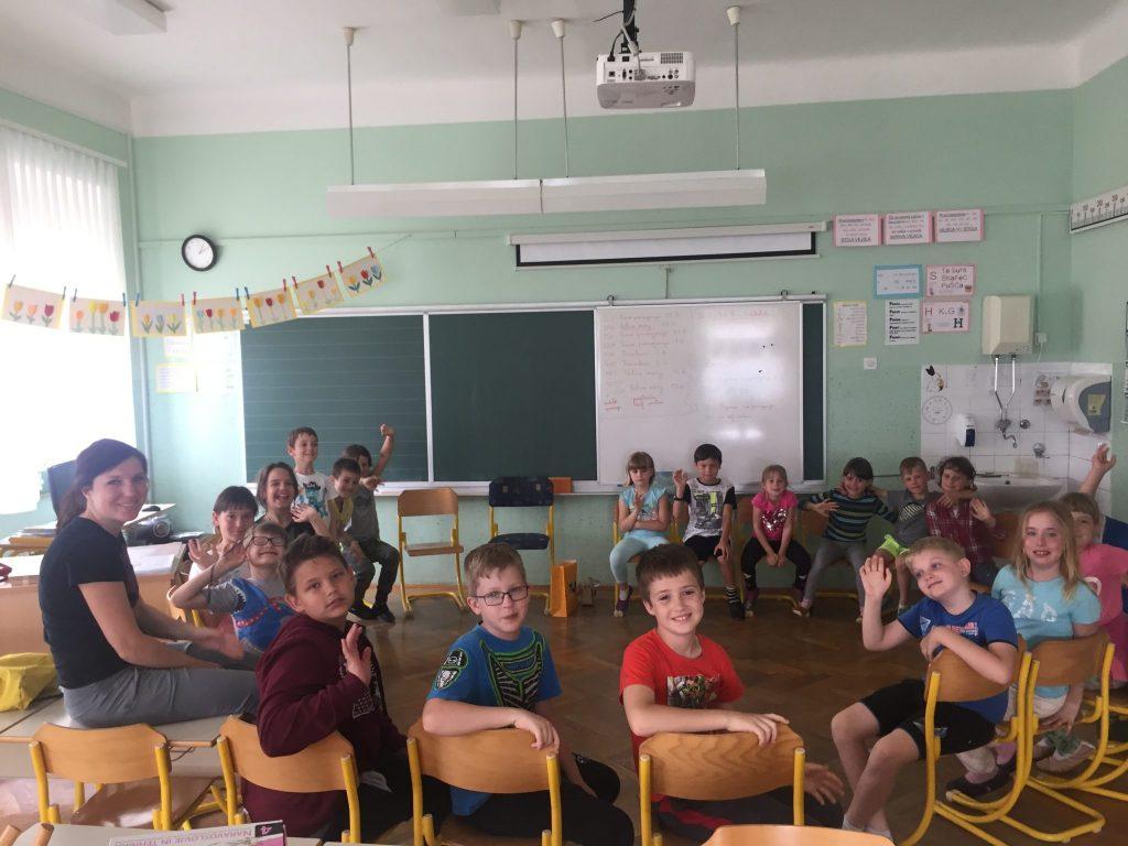 Nina Jelen z učenci na PŠ Podkum. Foto: Sonja Merljak/Časoris