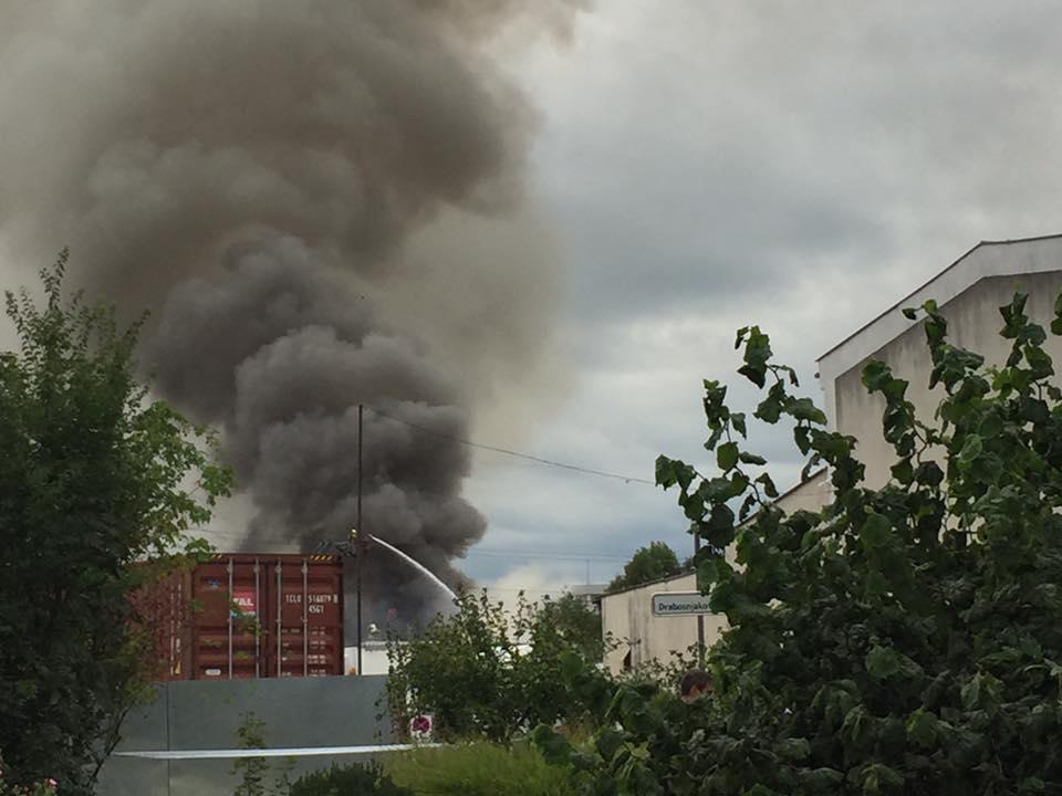 Gasilci se trudijo pogasiti ogenj na mestu požara. Foto: Sonja Merljak/Časoris