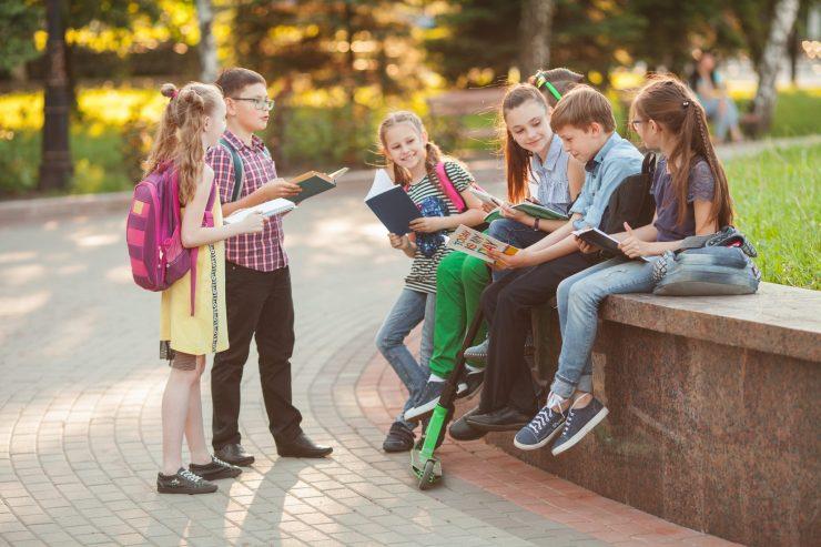Kaj lahko narediš za dobro vzdušje v razredu? Lahko poveš novo šalo. Vir: Adobe Stock