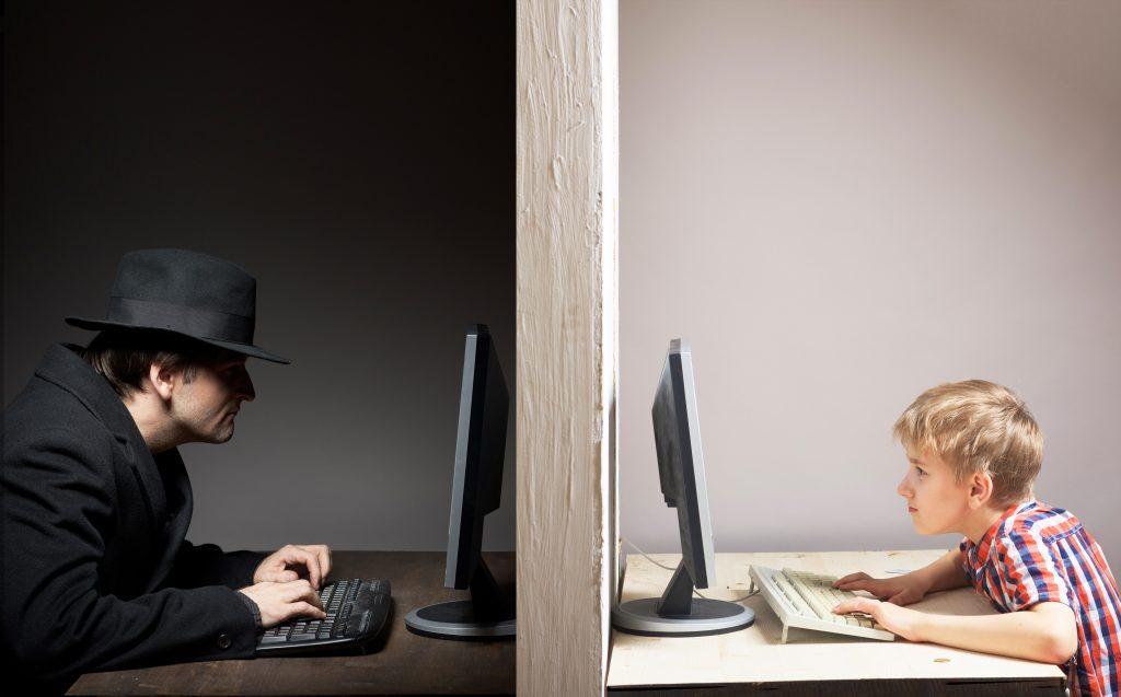 Na spletu pogosto ne poznamo tistega, s katerim stopamo v stik. Vir: Adobe Stock