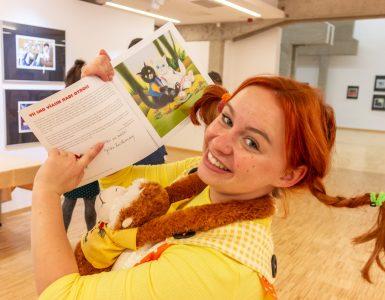 Pika Nogavička s podpisanim katalogom razstave ilustracij Jelke Reichman. Jelka je postala prva časatna ambasadorka Pikinega festivala. Foto: Rok Bačovnik
