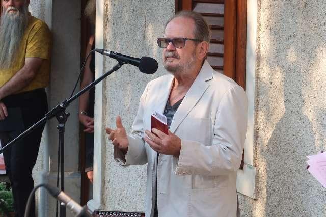 Pesnik Marko Kravos, predsednik društva Bralna značka, je bil slavnostni govornik Odkritje spominske plošče pesniku Cirilu Zlobcu. Foto: Rosana Rijavec/STA