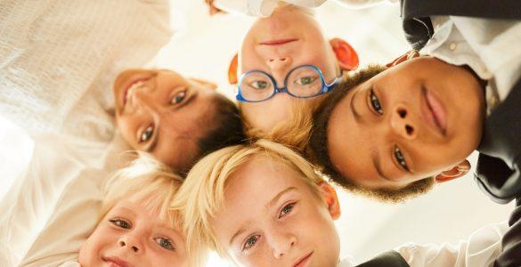 Kako uspešn socialno vključevati otroke priseljence. Vir: Adobe Stock
