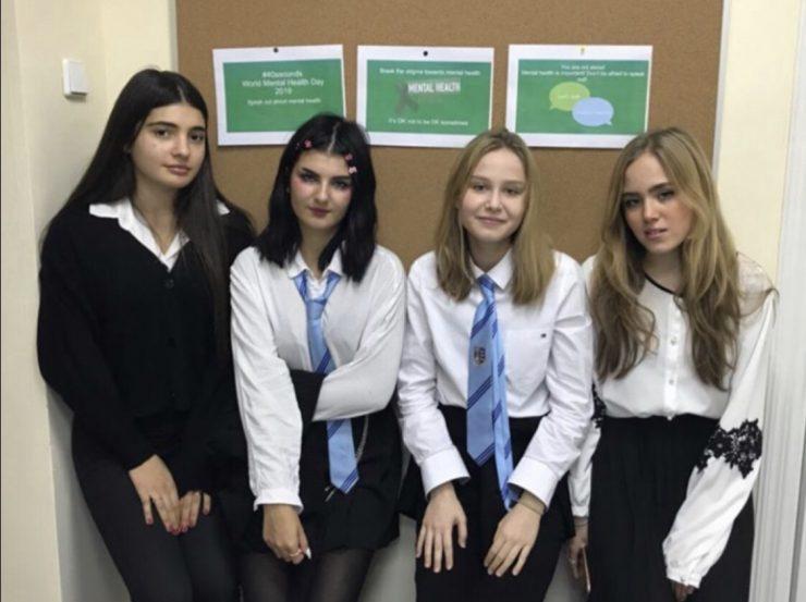 Katarina in Rebecca s sošolkama, ki sta jima pomagali, pred sporočili ob Svetovnem dnevu duševnega zdravja. Vir: Osebni arhiv
