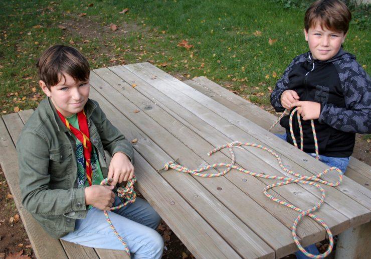 Tabornika Matic (levo) in Jaka Gnidovec (desno) spletata verigo oziroma kavbojski vozel. Vir: Osebni arhiv