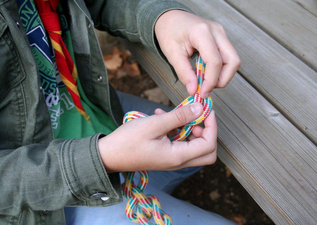 Najdaljšo vrv so taborniki spletli iz krajših vrvic, ki so jih povezali s taborniškimi vozli. Vir: Osebni arhiv
