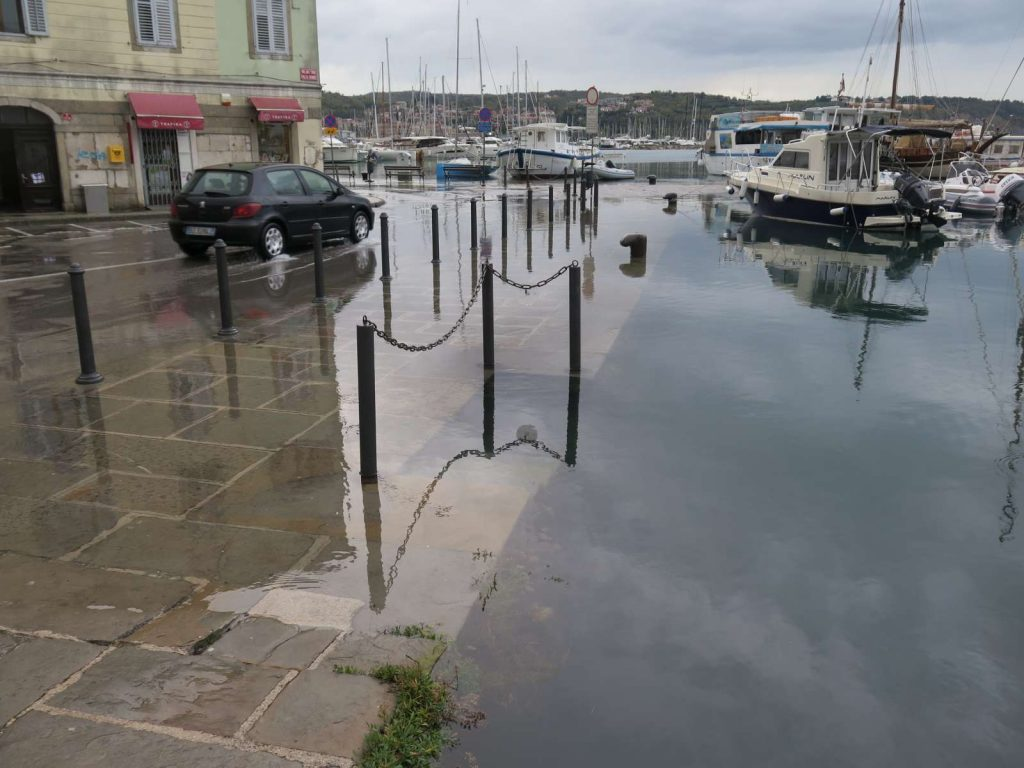 Morje je poplavilo tudi Izolo. Foto: Mitja Volčanšek/STA