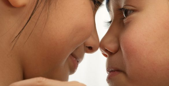 Inuiti se poljubljajo z noskom. Vir: Adobe Stock