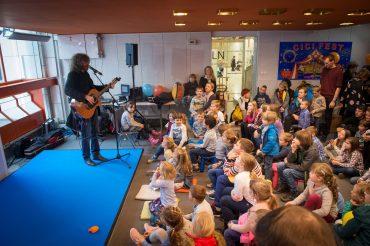 Tudi letos bo otroke na Cicifestu obiskal Adi Smolar. Vir: Arhiv Slovenskega knjižnega sejma
