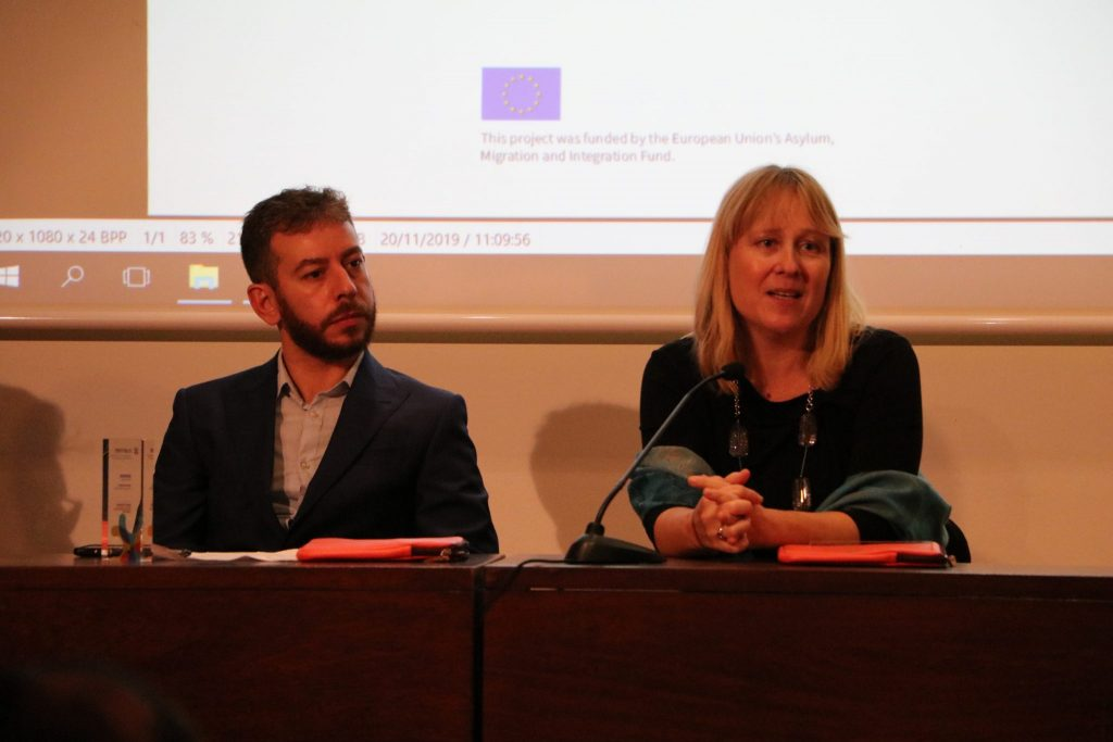 Dr. Sonja Merljak Zdovc med predstavitvijo projekta Zgodbe otrok sveta. Vir: Projekt Clarinet
